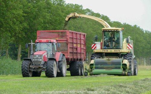 Krone Big X V8 van loonbedrijf de Wit Beemster gras aan het hakselen. Geplaatst door Simco vd Deure op 13-06-2018 om 11:31:18, op TractorFan.nl - de nummer 1 tractor foto website.
