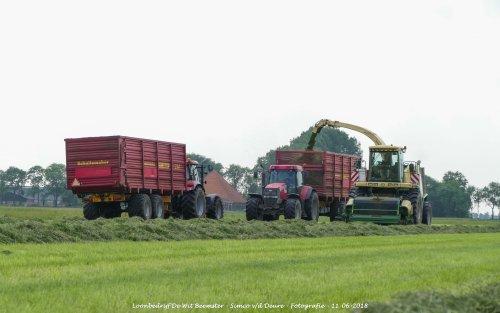Krone Big X V8 van loonbedrijf de Wit Beemster gras aan het hakselen. Geplaatst door Simco vd Deure op 13-06-2018 om 11:31:22, op TractorFan.nl - de nummer 1 tractor foto website.
