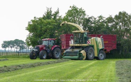 Krone Big X V8 van loonbedrijf de Wit Beemster gras aan het hakselen. Geplaatst door Simco vd Deure op 13-06-2018 om 11:31:26, op TractorFan.nl - de nummer 1 tractor foto website.