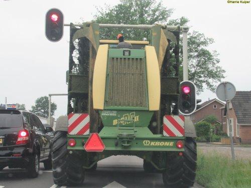 Op deze foto is C.w.v. Emmen (Emmen) × actief met een Krone Big M II .. Geplaatst door oldtimergek op 20-06-2018 om 17:09:50, op TractorFan.nl - de nummer 1 tractor foto website.