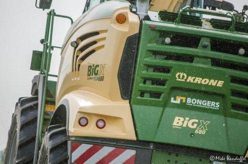 Altijd even wennen aan nieuwe modellen. Maar dat zal wel lukken met deze!  Meer op [url=http://agrofotografie.be/]agrofotografie.be[/url]  Krone Big X 680 Loon- en grondverzetbedrijf Bongers - Tiel (NL)