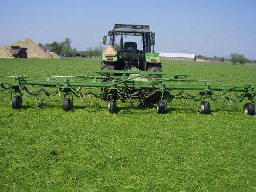 Foto van een Krone Schudder, bezig met gras schudden.. Geplaatst door marcohend op 08-05-2008 om 21:22:35, op TractorFan.nl - de nummer 1 tractor foto website.