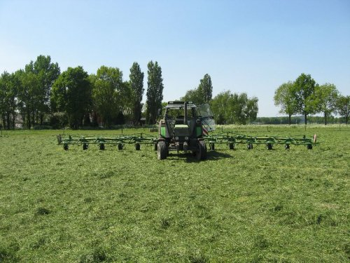 Foto van een Krone KW15.02/14T, bezig met gras schudden.. Geplaatst door sloot op 13-05-2008 om 21:18:20, met 3 reacties.