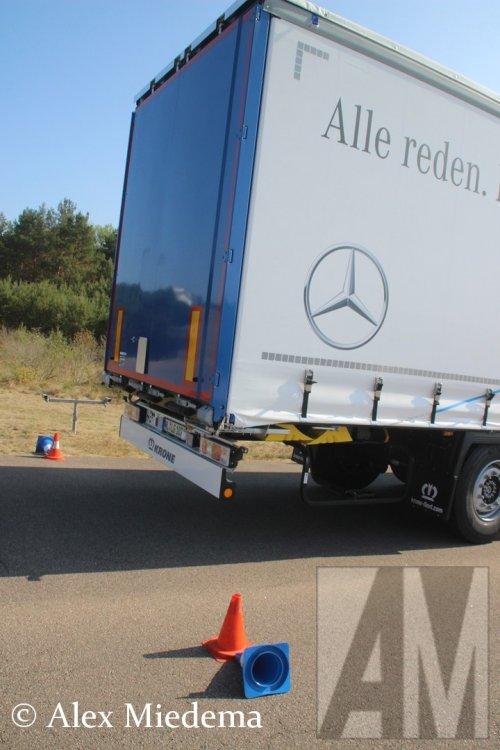 Hier zie je Daimler AG (Stuttgart (D)) × met een Krone oplegger, opgebouwd als zeilenwagen.. Geplaatst door Alex Miedema op 15-01-2019 om 11:58:28, op TractorFan.nl - de nummer 1 tractor foto website.