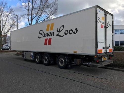 Simon Loos bv (Wognum) × op de foto met een Krone oplegger, opgebouwd voor koeltransport.. Geplaatst door xrayjaco op 06-03-2019 om 12:17:35, op TractorFan.nl - de nummer 1 tractor foto website.
