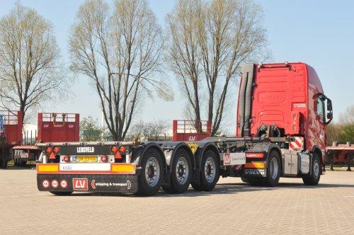 Kijk, daar heb je J. Lensveld & Zonen B.V. (Vlaardingen) × met een Krone oplegger, opgebouwd voor containertransport. Persfoto.  De in Vlaardingen gevestigde LV (Lensveld) Shipping & Transport Groep is een wereldwijd opererende speler in tal van logistieke disciplines, met name in de olie & gas industrie. In Nederland heeft LV een gevarieerd truck- en trailerpark op de weg. Onlangs werd de relatie met Krone vernieuwd, wat zal leiden tot de aanschaf van een aantal nieuwe containerchassis.   Het gaat in eerste instantie om de Krone ELTU 70 BoxLiner containerchassis.