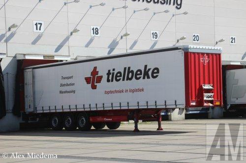 Foto van een Krone oplegger van Tielbeke Transport B.V. (Lemelerveld) ×, opgebouwd als zeilenwagen.
