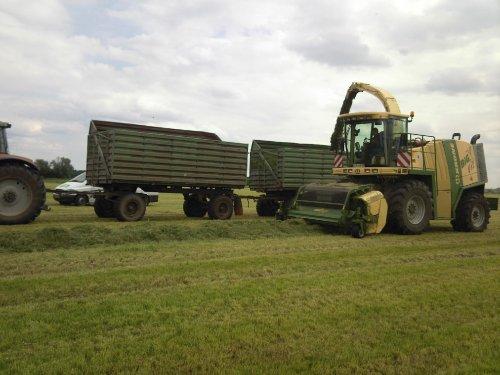 Foto van een Krone Big X 1000, bezig met gras inkuilen. op excursie in duitsland geweest, deze is van een boer met 3000 koeien ;)