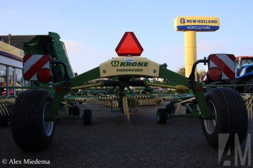 Op deze foto is Mechanisatiebedrijf Broekens b.v. (Stiens) × actief met een Krone Swadro.  https://www.youtube.com/watch?v=WHkNgq1LC8s