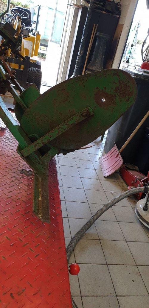 Wie weet wat voor ploeg dit is (merk) en welke kleur die moet zijn?. Geplaatst door JeffreyJD op 24-12-2019 om 14:35:20, op TractorFan.nl - de nummer 1 tractor foto website.