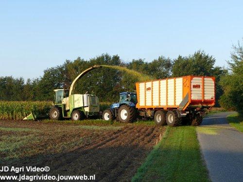 Foto van een Krone Big X V8  ,  Eesmann Agrar uit Ohne (D) aan het mais hakselen. ZIE OOK DE VIDEO  https://youtu.be/vw8U6FCCEqs