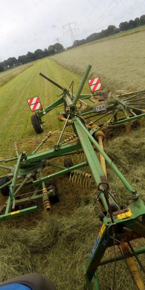 Foto van een Krone Swadro. vorige week zaterdag 13-6-2020 gras geharkt en in pakken gemaakt. Dag van te voren snachts 20 mm in gehad. Dus voor het harken maar even 2x geschud en dit was het resultaat.