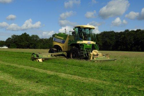 Krone Big M 450 van Jansen uit Heeten aan het maaien. Geplaatst door pekkerietfan op 30-06-2020 om 22:18:36, op TractorFan.nl - de nummer 1 tractor foto website.