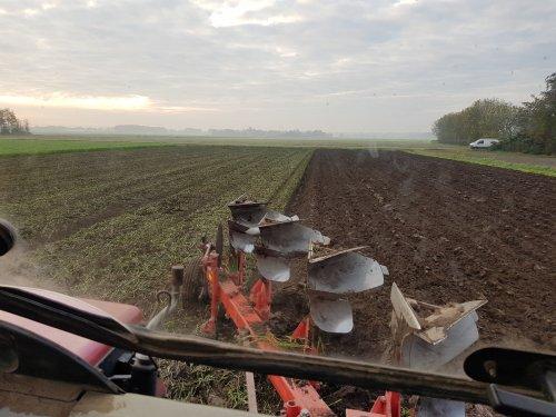 Foto van een Krone Ploeg. Laatste ploegwerk voor dit jaar.. Geplaatst door Valtra-fan Teun op 10-11-2020 om 21:31:19, met 2 reacties.