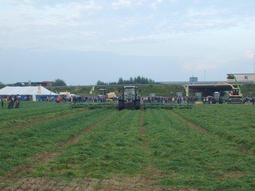 Foto van een Krone Schudder, bezig met gras schudden. de grootste schudder van krone met 14 rotoren. Op de krone voederwinningsdemonstratie in Veghel.