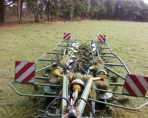 Foto van een Krone KW15.02/14T, bezig met gras schudden.. Geplaatst door gerjopennings op 18-09-2008 om 18:23:42, met 4 reacties.