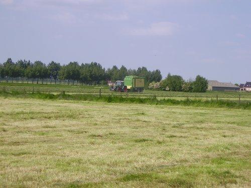 Een foto van een Krone krone bezig met gras inkuilen. Geplaatst door  op 12-05-2009 om 18:21:05, op TractorFan.nl - de nummer 1 tractor foto website.