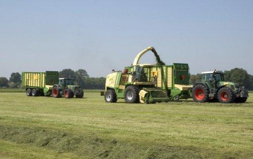 Foto van een Krone Big X 800, bezig met gras hakselen.. Geplaatst door Hurlimann op 30-04-2010 om 14:25:34, met 11 reacties.