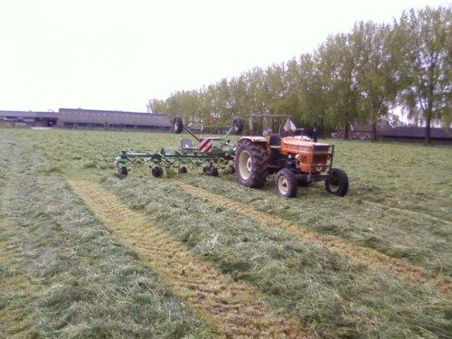 Foto van een Krone KW8.82/8, bezig met gras schudden.. Geplaatst door derks fourage op 06-05-2010 om 22:40:08, met 3 reacties.