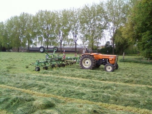 Foto van een Krone KW8.82/8, bezig met gras schudden.. Geplaatst door derks fourage op 06-05-2010 om 22:40:10, met 10 reacties.