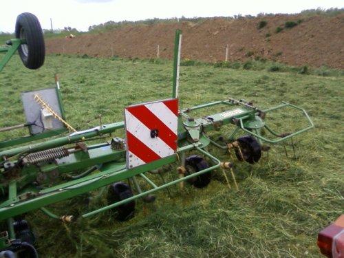 Foto van een Krone KW8.82/8, bezig met gras schudden.. Geplaatst door derks fourage op 06-05-2010 om 22:40:12, met 2 reacties.