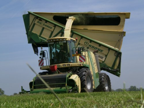 Foto van een Krone BIG X cargo, bezig met gras hakselen.. Geplaatst door jurgenkrijt op 04-06-2010 om 09:14:27, met 24 reacties.