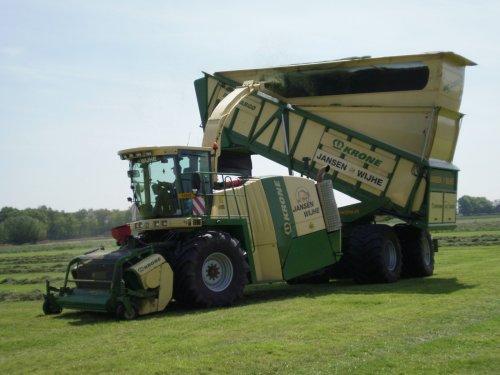 Foto van een Krone BIG X cargo, bezig met gras hakselen.. Geplaatst door jurgenkrijt op 04-06-2010 om 09:14:52, met 5 reacties.
