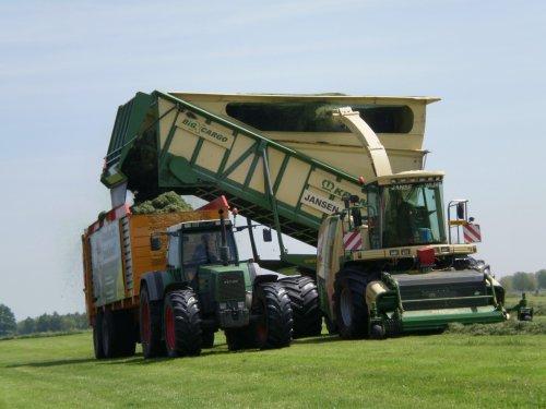 Foto van een Krone BIG X cargo, bezig met gras hakselen.. Geplaatst door jurgenkrijt op 04-06-2010 om 09:15:07, met 2 reacties.