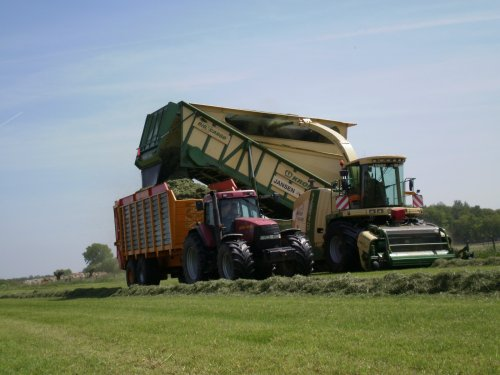Foto van een Krone BIG X cargo, bezig met gras hakselen.. Geplaatst door jurgenkrijt op 04-06-2010 om 09:15:21, met 2 reacties.