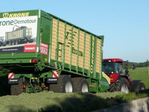 Foto van een Krone zx 400 GD, bezig met gras inkuilen. Voor meer: http://www.landbouwpowers.tk. Geplaatst door ronaldclaas op 04-06-2010 om 21:32:05, op TractorFan.nl - de nummer 1 tractor foto website.