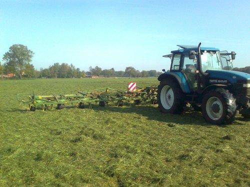 Foto van een Krone KW13.02/12T, bezig met gras schudden.. Geplaatst door Watekupe op 08-05-2011 om 13:35:50, op TractorFan.nl - de nummer 1 tractor foto website.