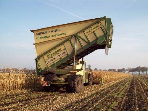 Foto van een Krone BIG X cargo, bezig met maïs hakselen.. Geplaatst door sluuter op 02-11-2011 om 19:40:11, met 6 reacties.
