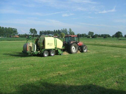 een Krone comprima CV 150 CX. Geplaatst door newholland m100 op 13-11-2011 om 14:06:13, op TractorFan.nl - de nummer 1 tractor foto website.