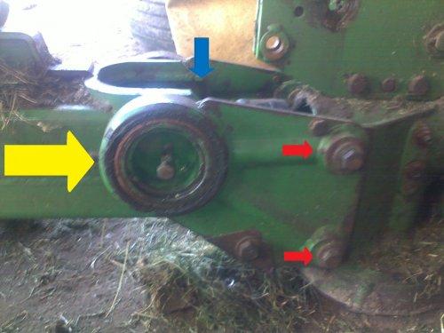 Foto van een Krone AM 243. Naaldlagers en kruisstukjes onder de blauwe pijl zijn versleten. Deze wil ik vervangen, maar om ze er uit te krijgen zal de maaier in tweeën moeten. Wat is hiervoor de beste manier? De bouten en spanbussen bij de rode pijlen verwijderen of de bronzen bussen bij de gele pijl er uit halen? Of is er nog een andere manier?