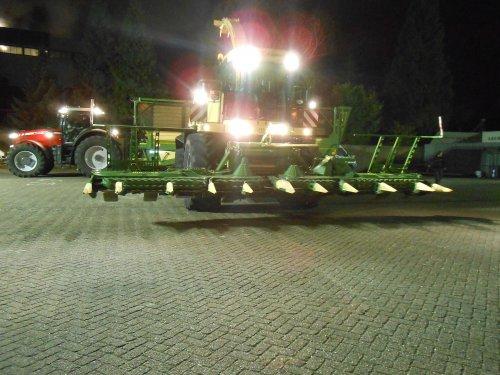 Foto van een Krone Big X 700, bezig met maïs hakselen. Op de show van Abemec.. Geplaatst door fendt4ever op 24-11-2013 om 20:56:31, op TractorFan.nl - de nummer 1 tractor foto website.