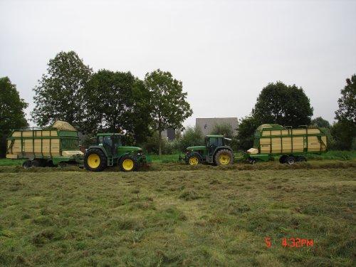 Foto van een Krone Titan, druk bezig met Gras inkuilen.. Geplaatst door mdoornekamp op 22-01-2014 om 14:05:44, met 11 reacties.