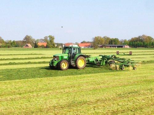 Foto van een Krone hark, bezig met gras harken. loonbedrijf Vragender voor het eerst met de nieuwe Krone hark aan het harken.