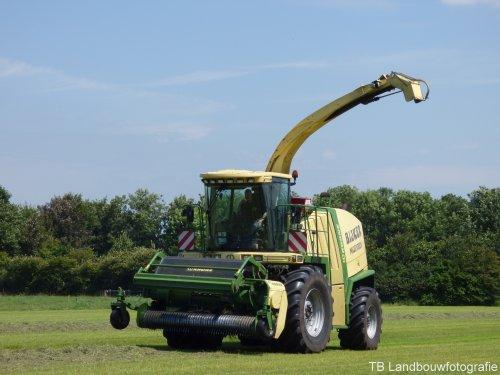 Krone Big X 500 van Loonbedrijf Bijker in het gras.  Voor meer foto's [url=https://www.facebook.com/TBLandbouwfotografie?ref_type=bookmark] TB Landbouwfotografie [/url]
