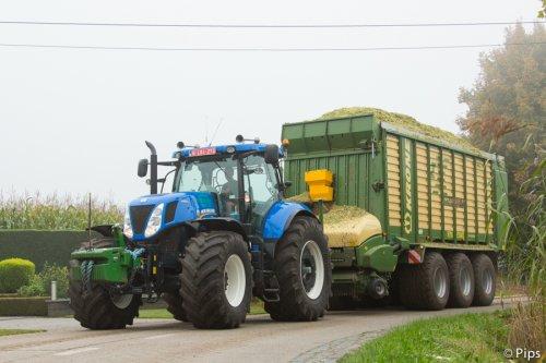 Bij loonbedrijf Heyns - Heykants uit Poppel vertrekken de wagens flink geladen vol naar de kuil... (2014)