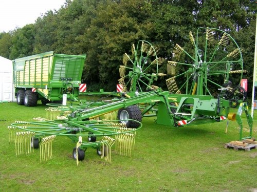 Foto van een Krone hark, bezig met poseren. Afgelopen ATH.. Geplaatst door JohnDeere5720 op 27-12-2014 om 13:31:51, op TractorFan.nl - de nummer 1 tractor foto website.