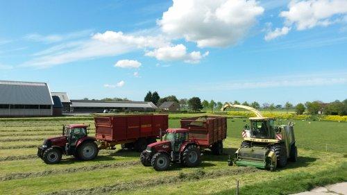 Foto van een Krone Big X v8, druk bezig met Gras hakselen.. Geplaatst door Roy-brune op 13-05-2015 om 21:59:40, op TractorFan.nl - de nummer 1 tractor foto website.