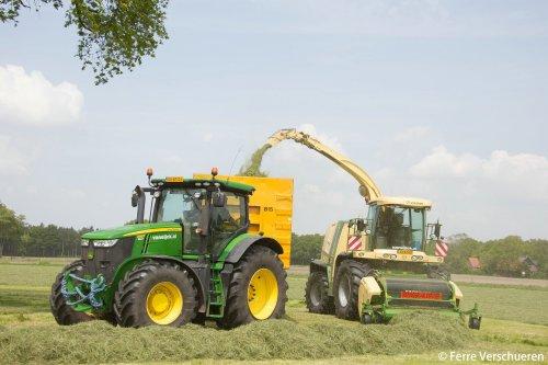 Loonbedrijf Van Eijck met hun Krone Big X 700 en John Deere 7260R met containersysteem deze dagen druk in het gras! (2015)