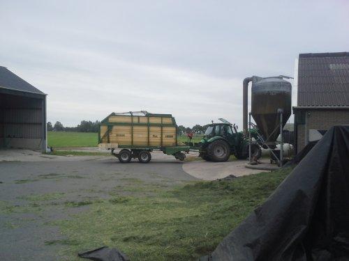 Foto van een Krone Titan, druk bezig met Gras inkuilen.. Geplaatst door trean op 18-06-2015 om 20:30:14, op TractorFan.nl - de nummer 1 tractor foto website.