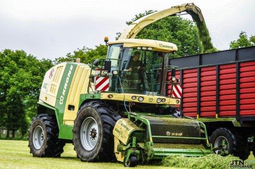 Lohnunternehmen Kappelhoff met hun Krone Big X 1100 in het gras in de omgeving Lonneker    Nu meer op: http://www.jtnfotografie.nl