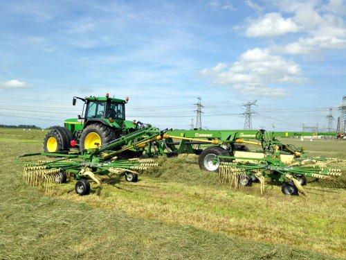 Loonbedrijf Hendriks met een John Deere 7710 met Krone Swadro 1400. Geplaatst door SiegerJD op 19-07-2015 om 15:48:56, op TractorFan.nl - de nummer 1 tractor foto website.