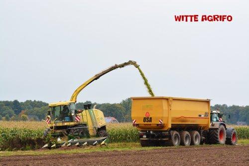 Loonbedrijf Coenen uit Elmpt (D) aan het hakselen met de 14-rijer aan de Krone BIG X 1100.. Geplaatst door witte op 02-11-2015 om 15:23:54, met 3 reacties.