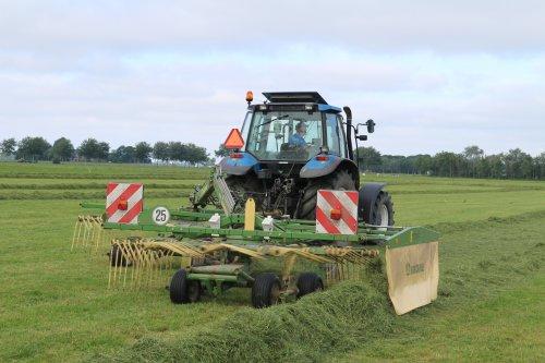 Foto van een New Holland TS 90 met Krone Swadro 710/26.. Geplaatst door -NEW-HOLLAND- op 06-11-2016 om 15:50:55, op TractorFan.nl - de nummer 1 tractor foto website.