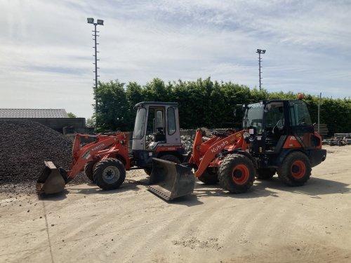 Foto van een Kubota R520 en een R065. Kubota R065 is op demo.. Geplaatst door New Kobelco op 28-05-2021 om 15:47:34, op TractorFan.nl - de nummer 1 tractor foto website.