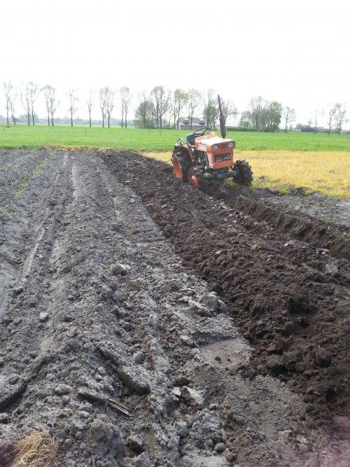 Foto van een Kubota L1501, druk bezig met Ploegen / Eggen.. Geplaatst door kokkiekubotaman op 14-04-2014 om 21:14:26, op TractorFan.nl - de nummer 1 tractor foto website.