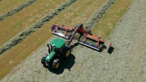 15 mei 2019 - Loonbedrijf W&B uit Denekamp is druk met het inkuilen van de eerste snede gras. Voor het snel en schoon harken van het gras zorgt de nieuwe Kuhn Merge Maxx bandhark. In deze video te zien met de John Deere 6130R trekker. https://youtu.be/1cN7LMVOrn8